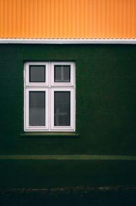 Trött på traditionella tegeltakpannor? Här har husägaren valt takplåt i en stark orangefärg som skapar en häftig kontrast till husets gröna fasad.