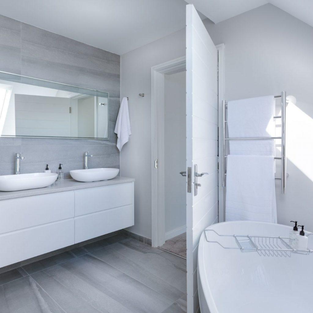 Ljust badrum med badkar